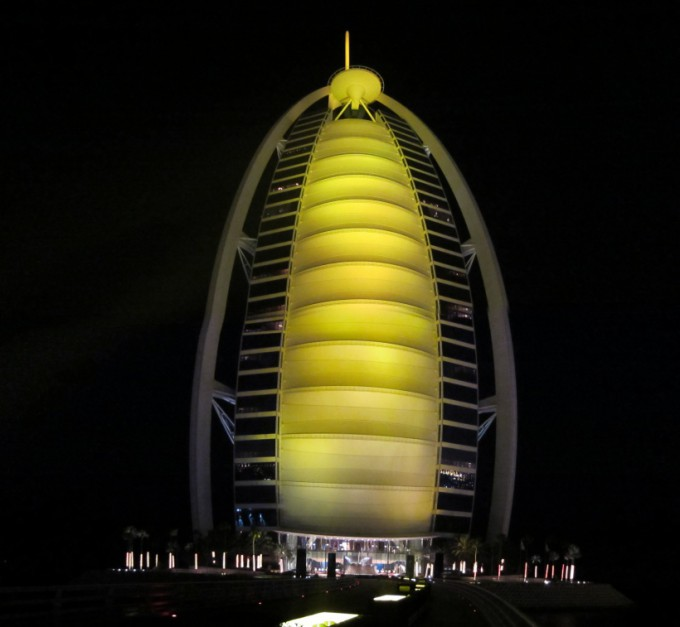 http://www.comfortablelife.asia/images/2011/07/01-the-exterior-of-Burj-Al-Arab_001-680x627.jpg
