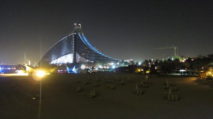 http://www.comfortablelife.asia/images/2011/07/01-the-exterior-of-Burj-Al-Arab_009-680x381.jpg