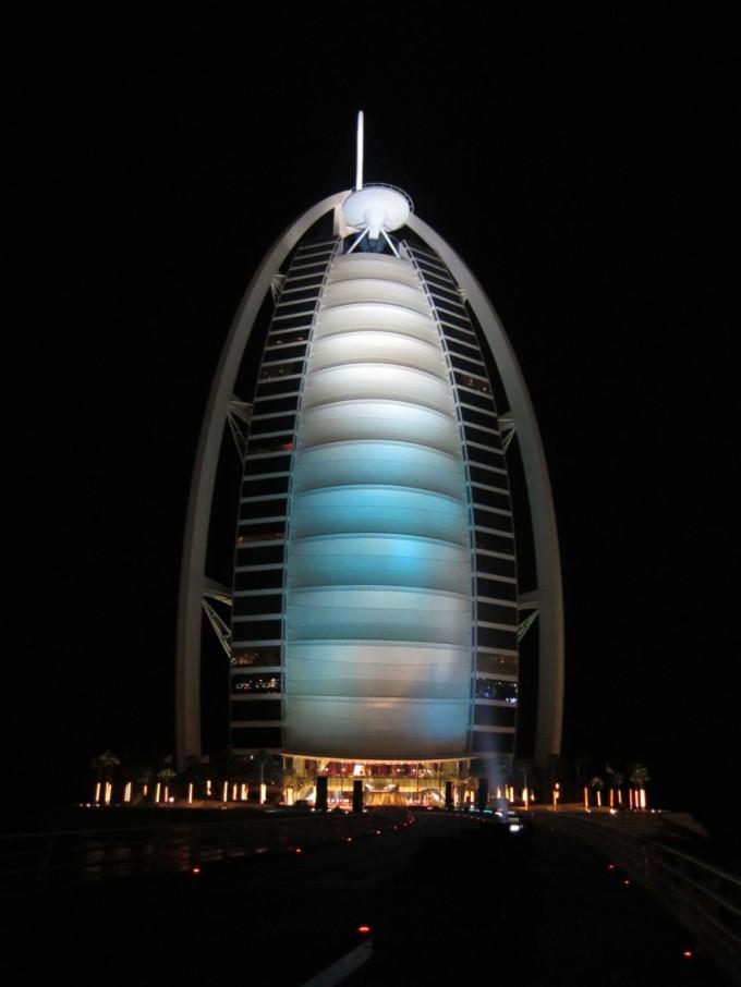 http://www.comfortablelife.asia/images/2011/07/01-the-exterior-of-Burj-Al-Arab_011-680x906.jpg