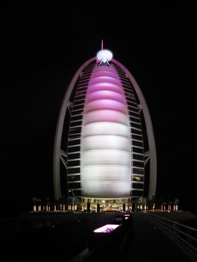 http://www.comfortablelife.asia/images/2011/07/Burj-Al-Arab_Light-Up_02-680x903.jpg