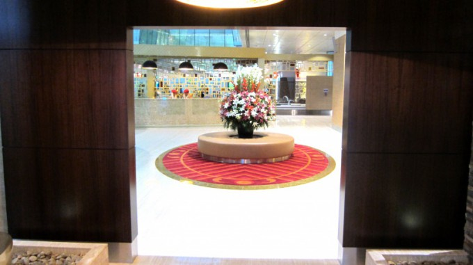 http://www.comfortablelife.asia/images/2012/02/Emirates.First-Lounge2011_05-680x381.jpg