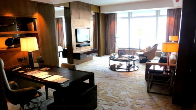 http://www.comfortablelife.asia/images/2013/05/Premier-Executive-Suite.2013-680x382.jpg