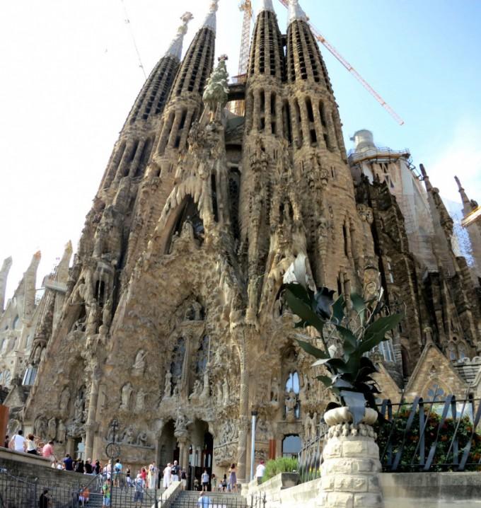 http://www.comfortablelife.asia/images/2013/08/Sagrada-Familia_pano2-680x718.jpg