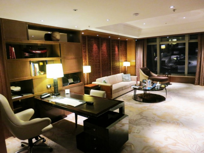 http://www.comfortablelife.asia/images/2015/05/Premier-Executive-Suite_005-680x510.jpg