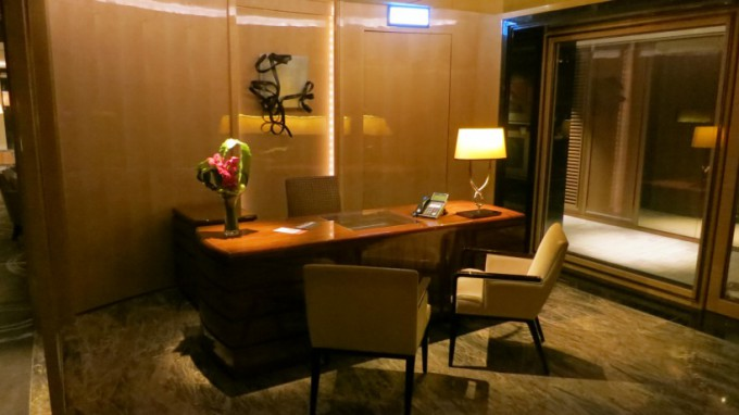 http://www.comfortablelife.asia/images/2015/05/The-Ritz-Carlton-Club-Lounge-680x382.jpg