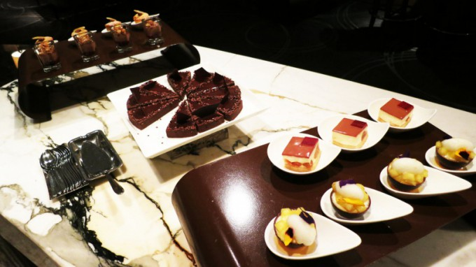 http://www.comfortablelife.asia/images/2015/06/The-Ritz-Carlton-Lounge_012-680x382.jpg
