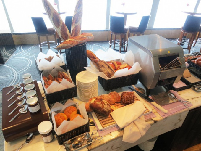 http://www.comfortablelife.asia/images/2015/07/The-Ritz-Carlton-Lounge_005-680x510.jpg