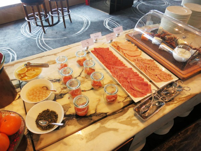 http://www.comfortablelife.asia/images/2015/07/The-Ritz-Carlton-Lounge_009-680x510.jpg